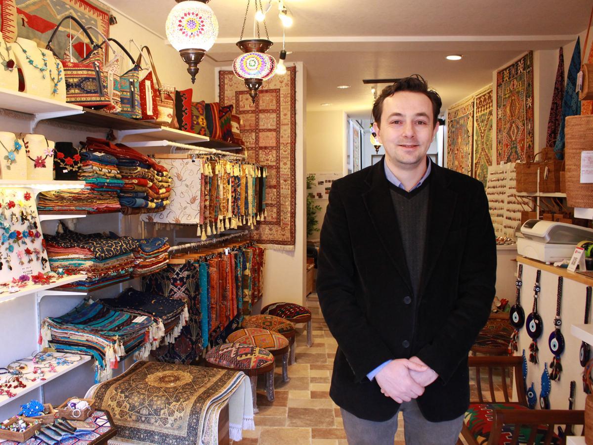店主のアールダン・キュルシャドさん
