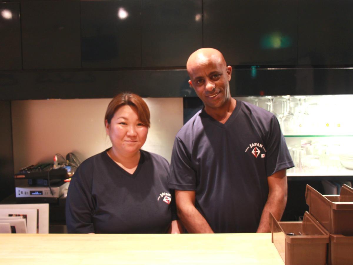 店主の神昭子さん(左)とソロモンさん