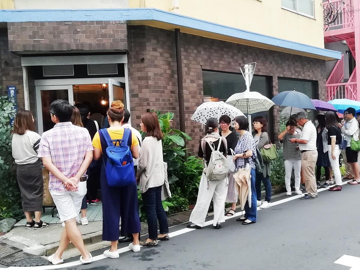 「東京豆漿生活」外観。6月29日9時には、すでに店前に行列ができていた
