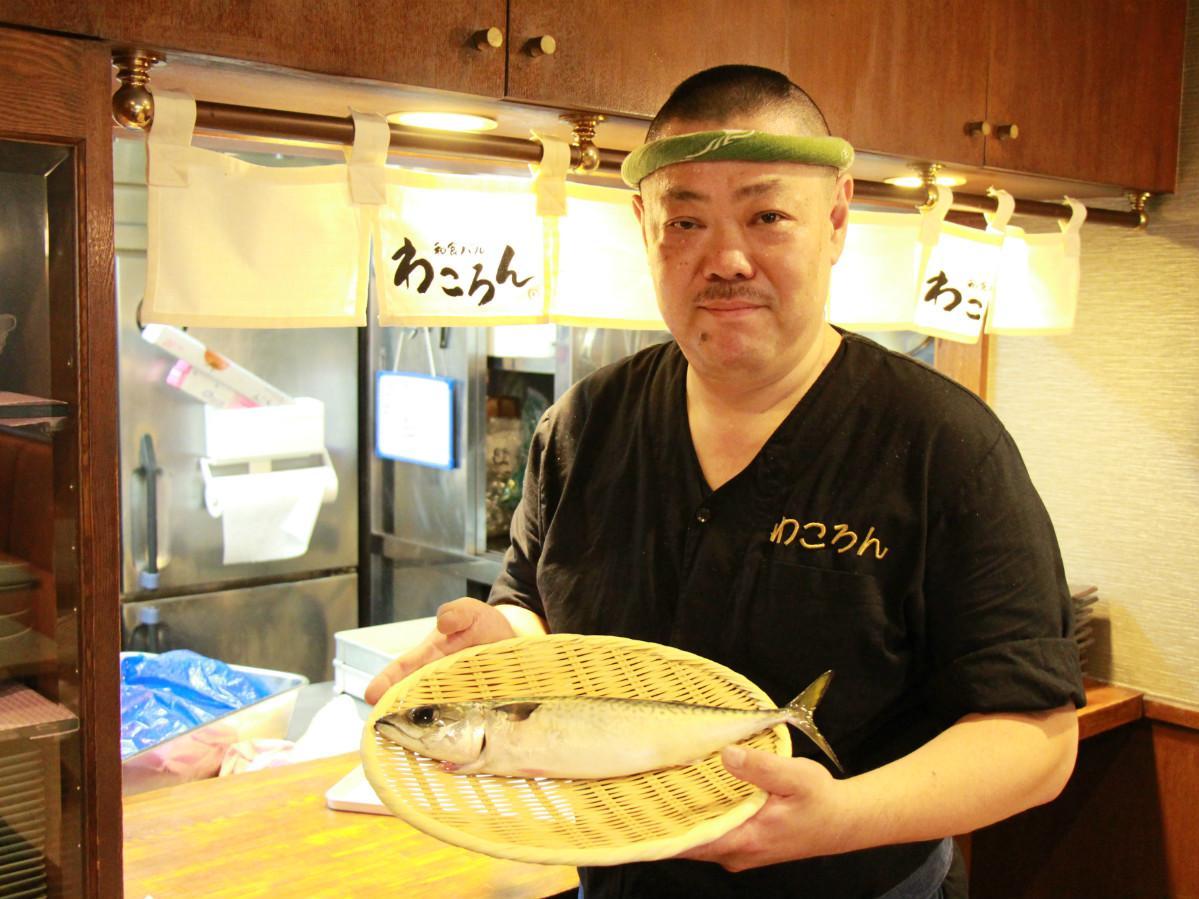 神経締めしたサバと、店長の浮田厚司さん