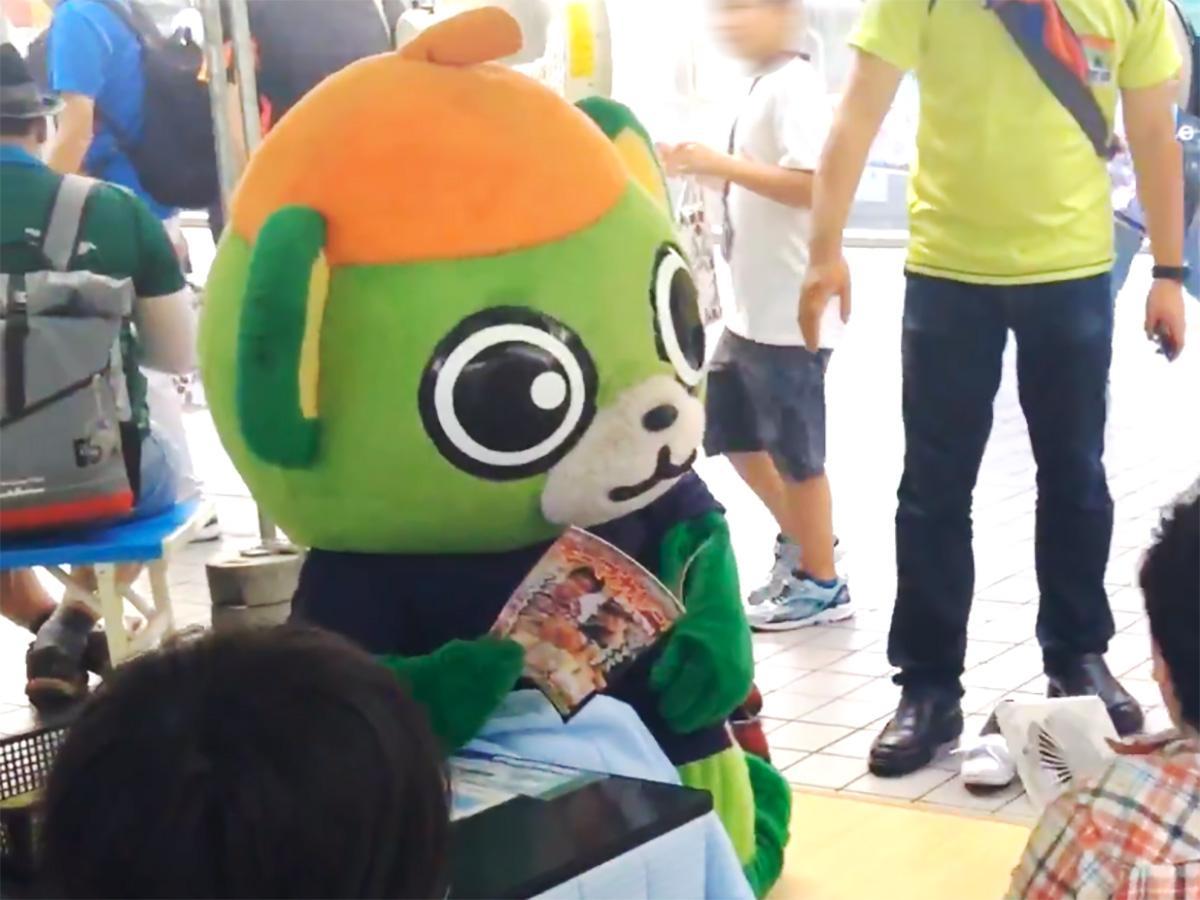 昨年、駅前の冷やしこたつで同人誌を読んでいる大崎一番太郎の様子