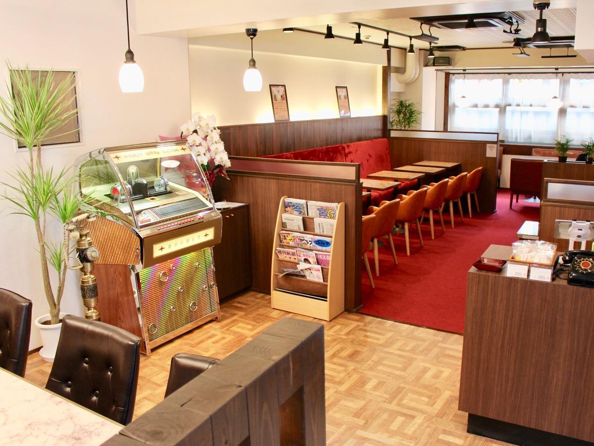 「昭和喫茶ロマンス」、店内にはジュークボックスが置かれる