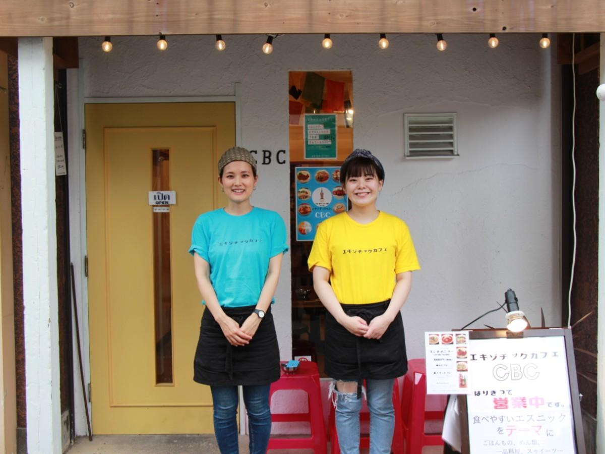 オーナーの冨部麻里さん(左)とスタッフ