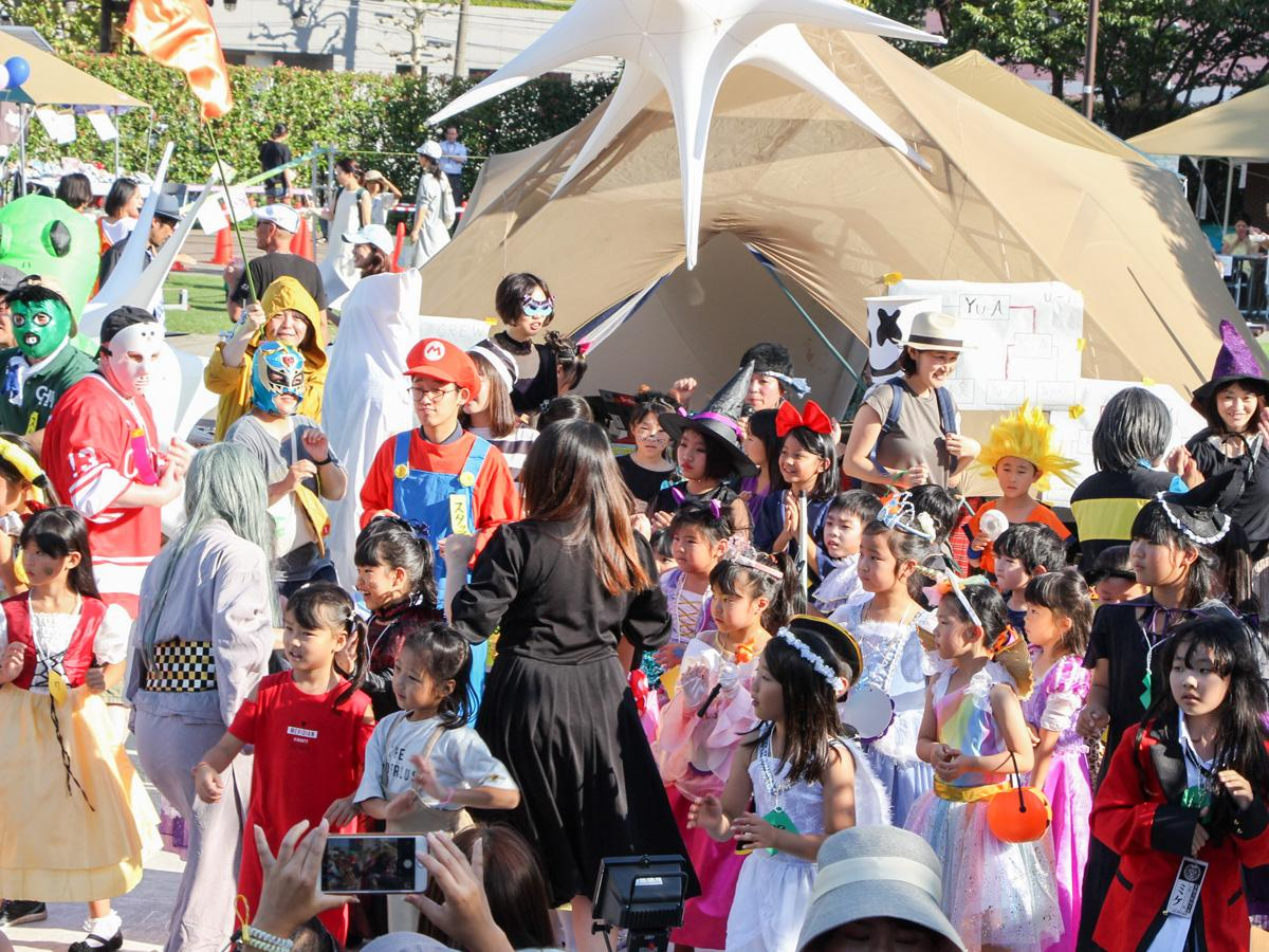 さまざまな仮装をする参加者。小学生が中心