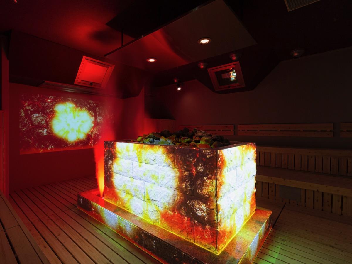 岩盤浴「炎の間」で行われる「プロジェクションマッピング≪ロウリュウ≫」(写真提供:東京建物リゾート)