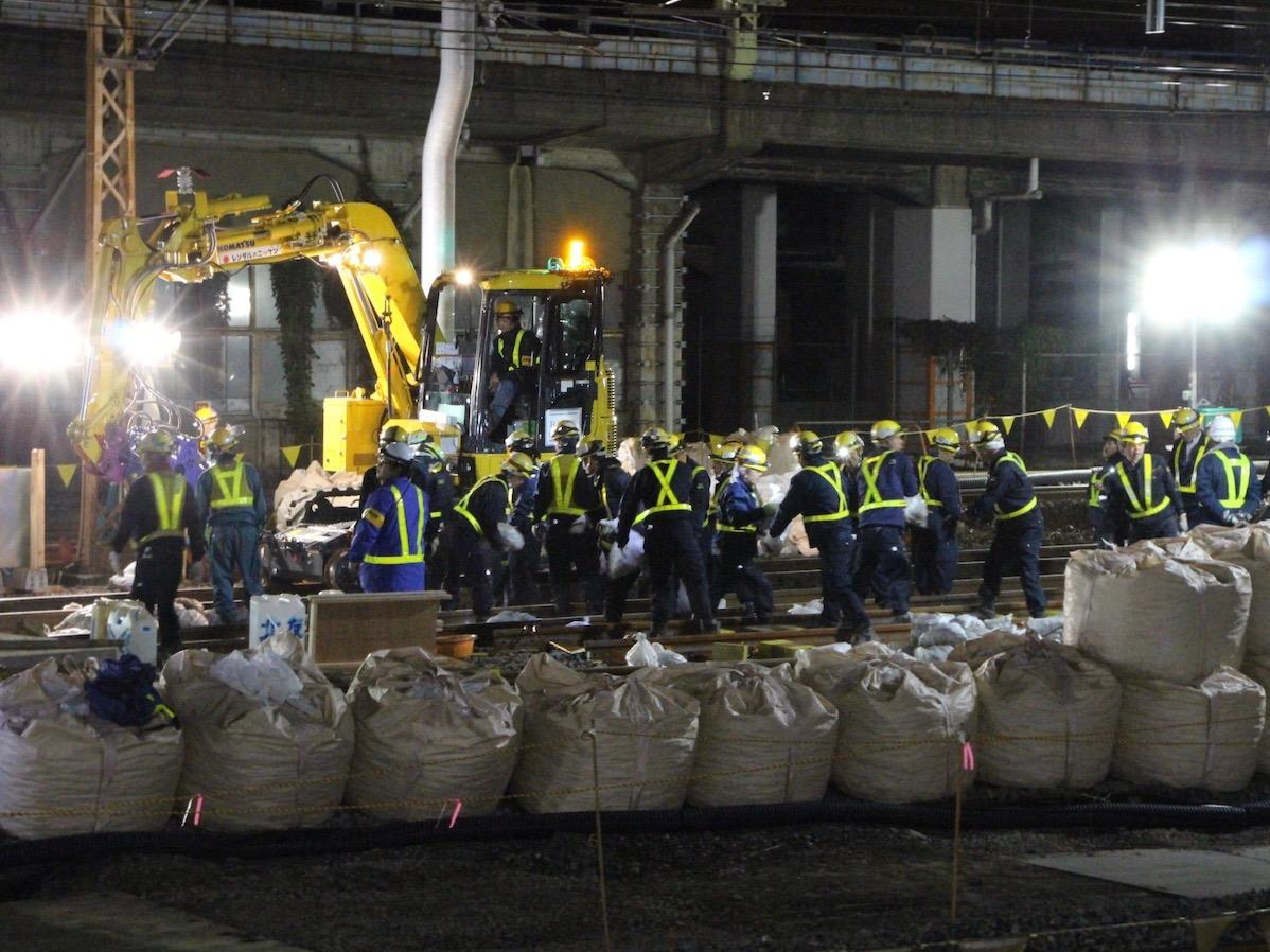 JR品川駅で線路切り替え工事の様子