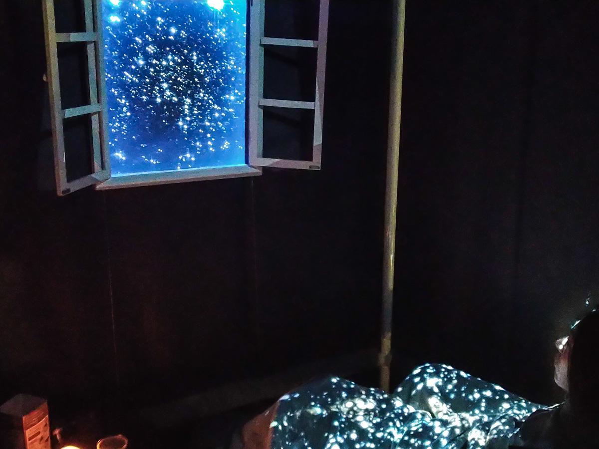 ネスカフェ 睡眠カフェ。「新ナップコース」起床時の映像。光を用いた映像とカフェインの効能で目覚めを良くするという