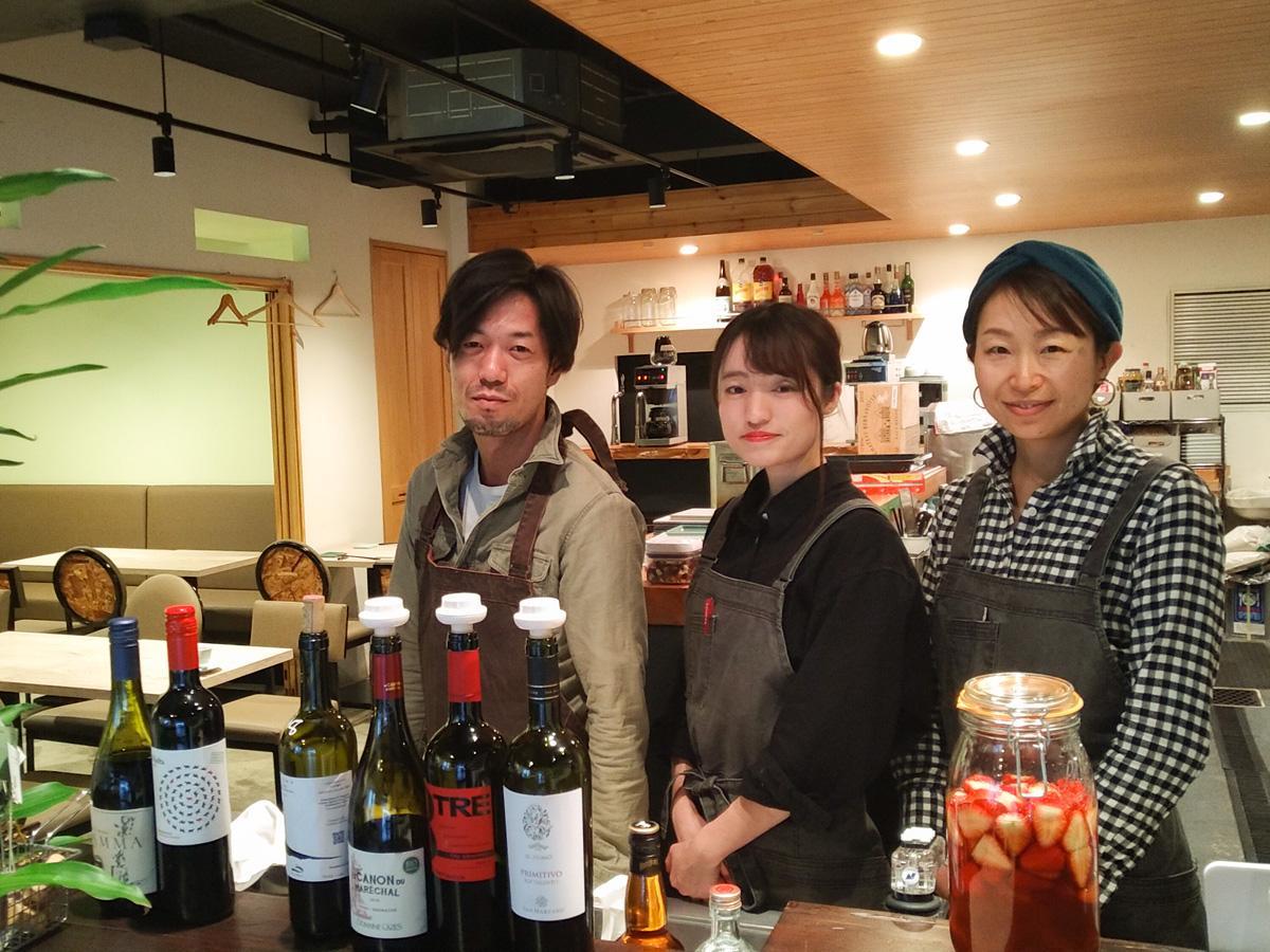 「フレンチ×酒場Seed」料理長の村上誠一さん(写真左)とスタッフの二人