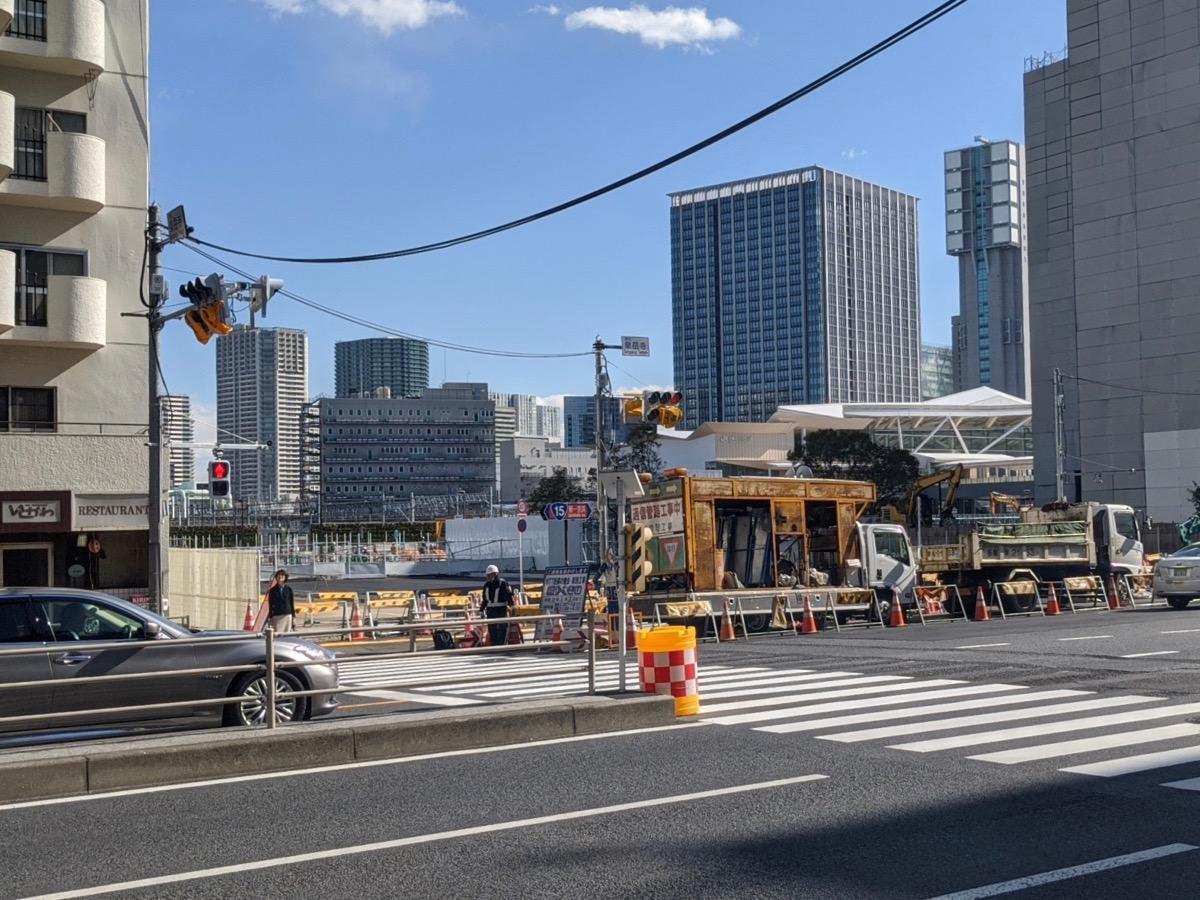 2020年2月18日の該当地区の様子。右手奥に見えるのが高輪ゲートウェイ駅。現在はビルの解体作業を行っている