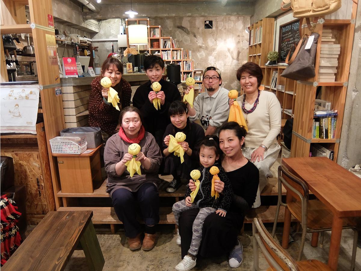 黄色いてるてる坊主を掲げる「品川宿茶屋会議」のメンバー