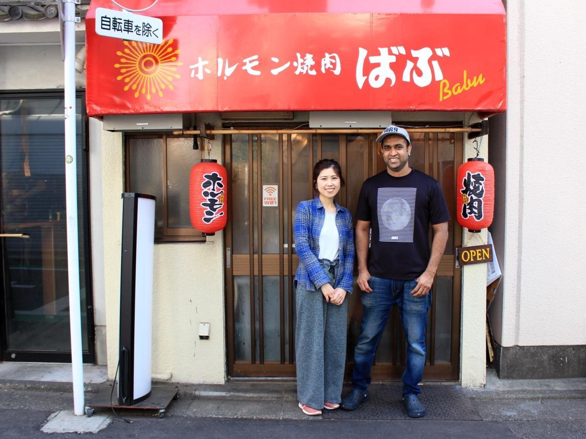 店主のアハメド・バブさん(右)と沙智さん