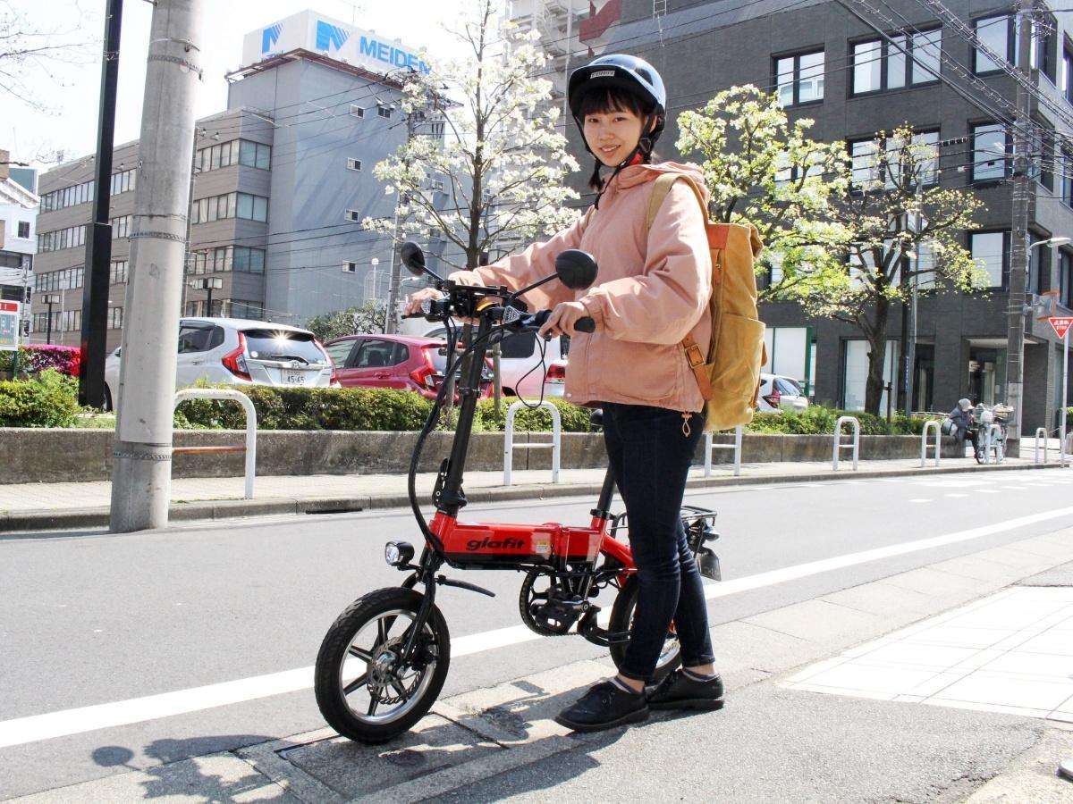 glafitバイクを利用する配達スタッフ。店主の佐藤さんは「自転車感覚で安心して乗れる」と語る