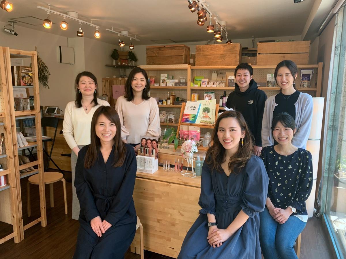 オーナーの大野由佳さん(右手前)とスタッフ(提供:écruf/3月上旬撮影)