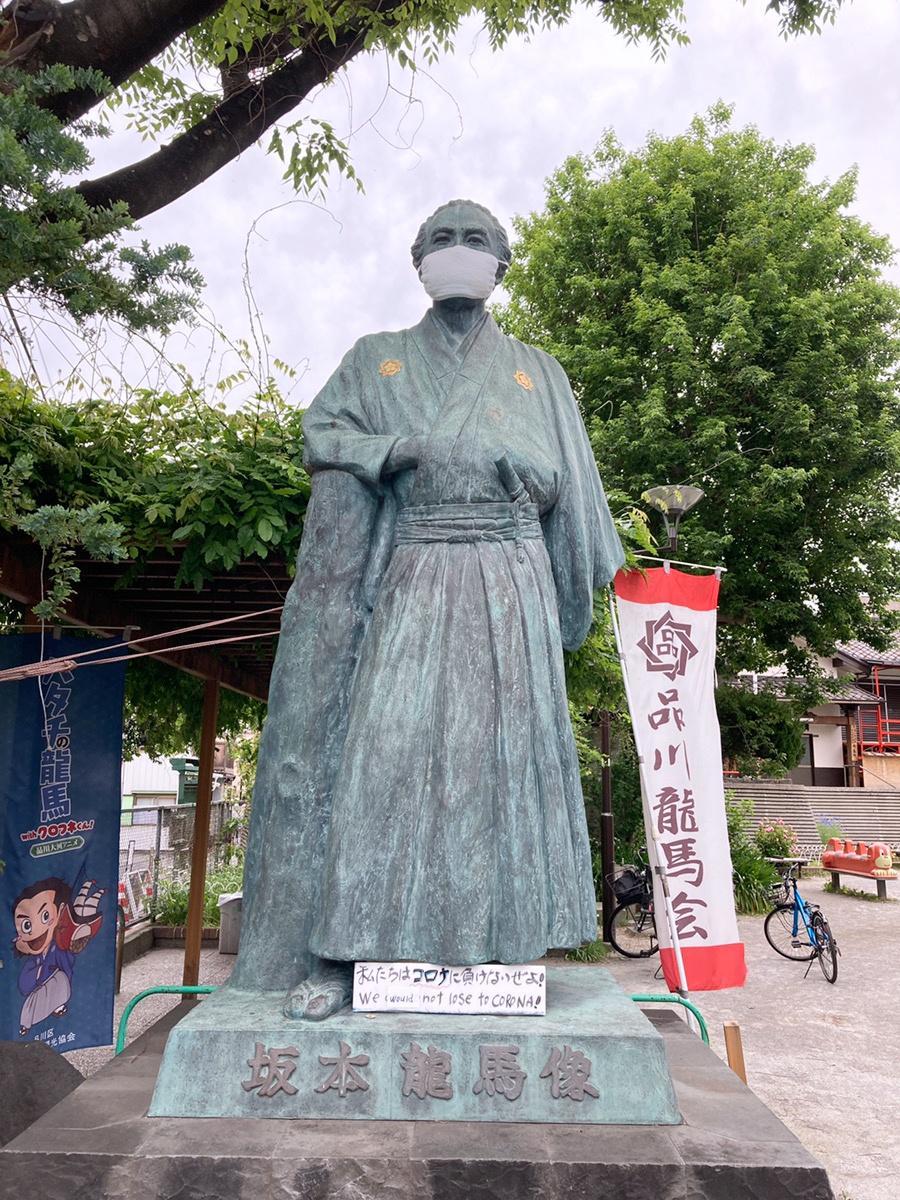 マスクを着けた「立会川の坂本龍馬像」