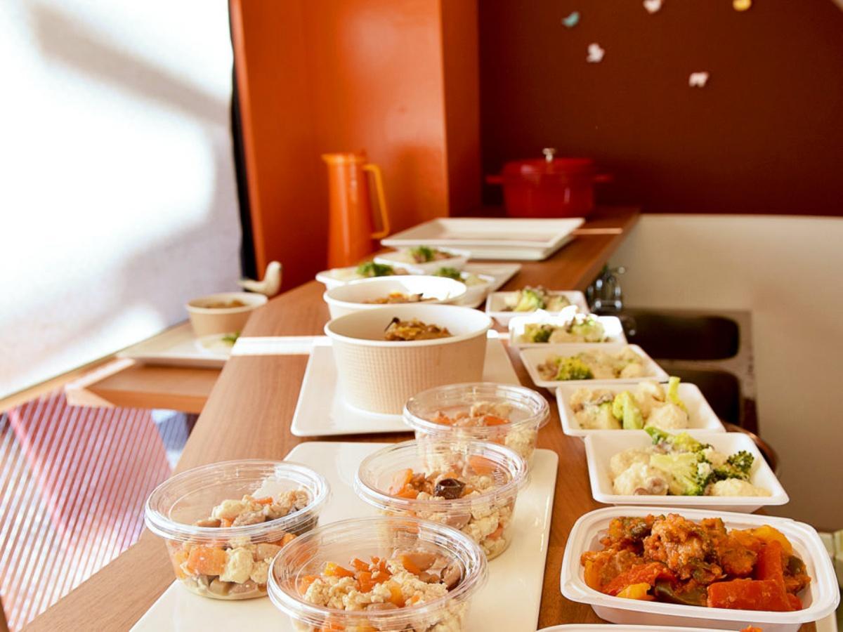 「にこ」店内のオープンキッチンに並ぶ総菜。作り方を聞かれることも(提供:にこ)