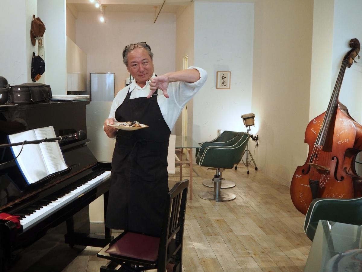 大徳の店内とオーナーの丹羽徳太郎さん