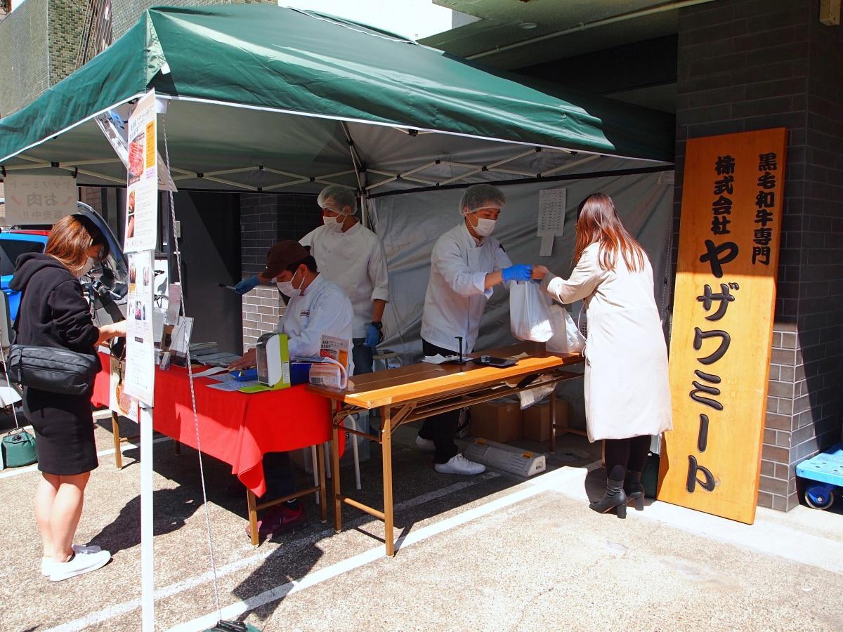 「ヤザワミート」工場前で精肉を小売り販売する様子