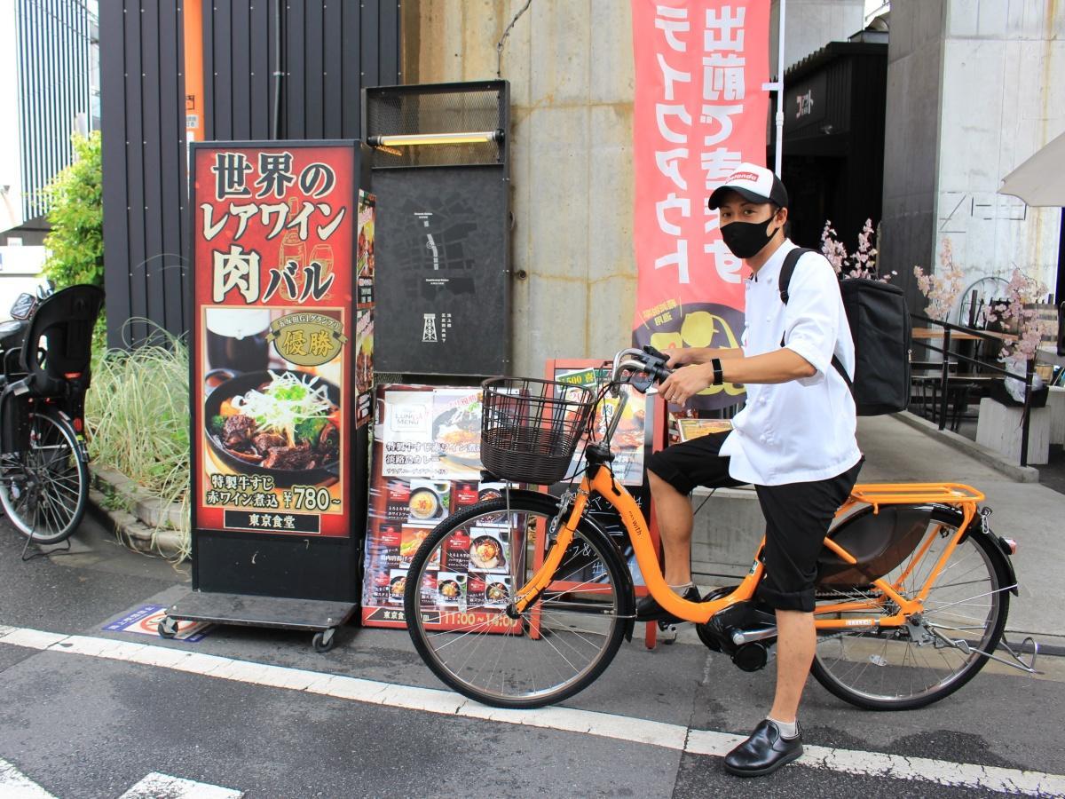 「五反田イーツ」商品を届けに行く「東京食堂」スタッフ