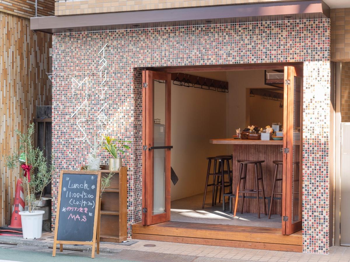 「イタリアン食堂MAS」の外観。店名はネオンサインを使う(提供:イタリアン食堂MAS)