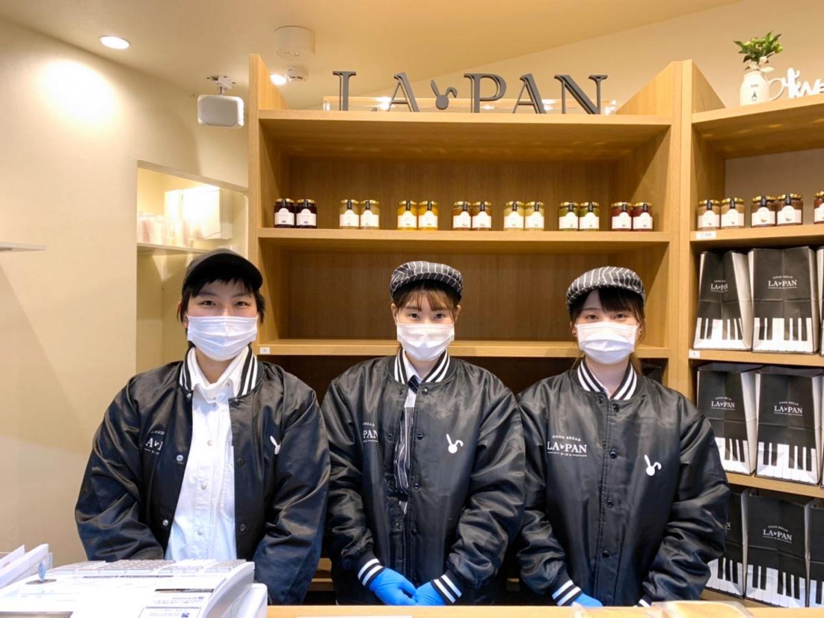 店長の西澤芽衣さん(左)とスタッフ(提供:ラ・パン 大井町店)