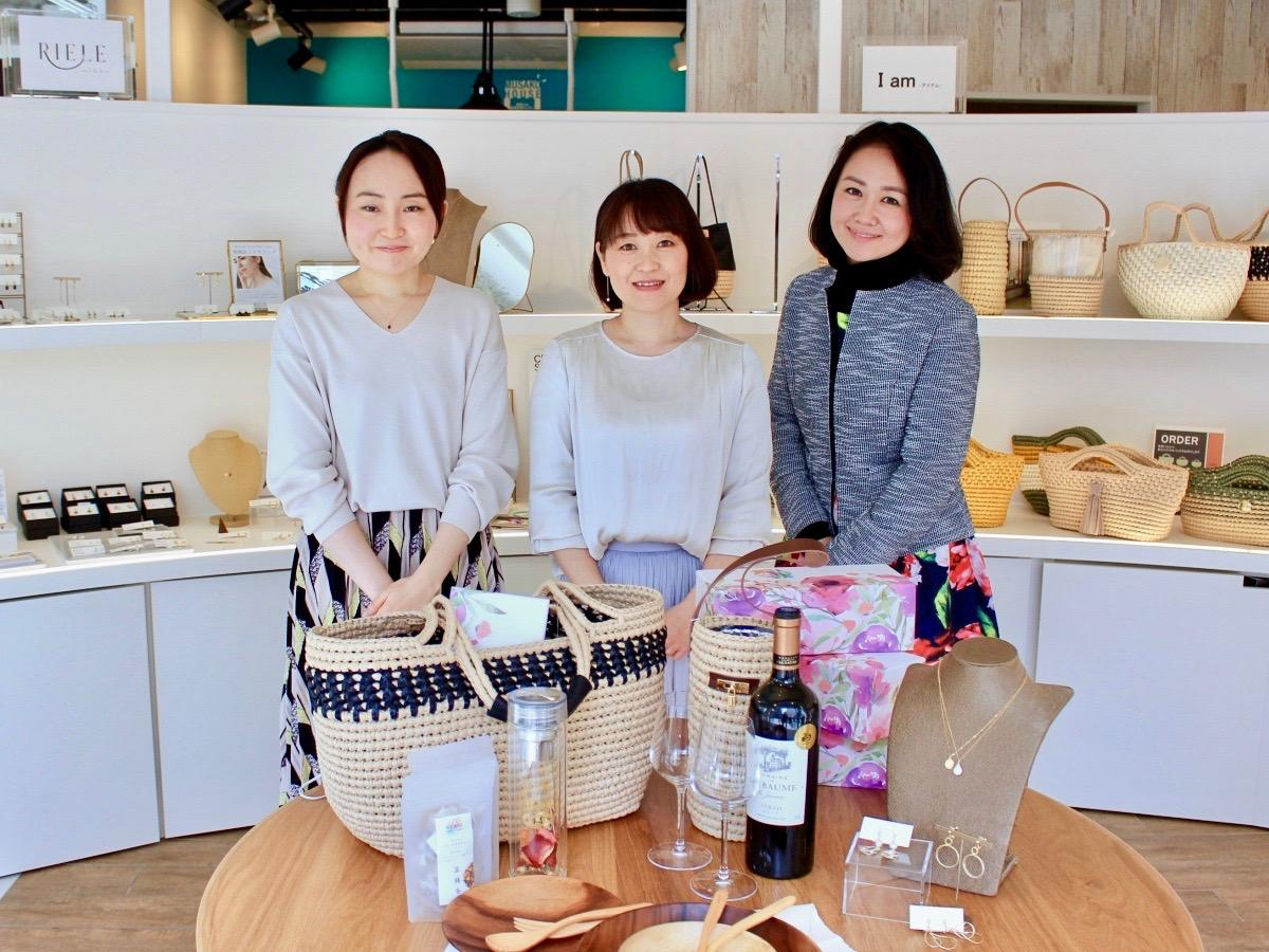 出店者の山崎圭未さん(左)、貝塚なおこさん(中央)、荒井有生さん