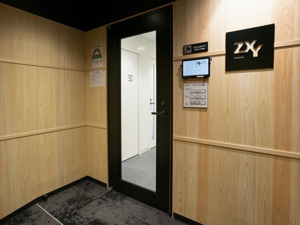 「ZXY 田町2」拠点入口。タブレットに入室用コードをかざして入室する(写真提供=ザイマックス)