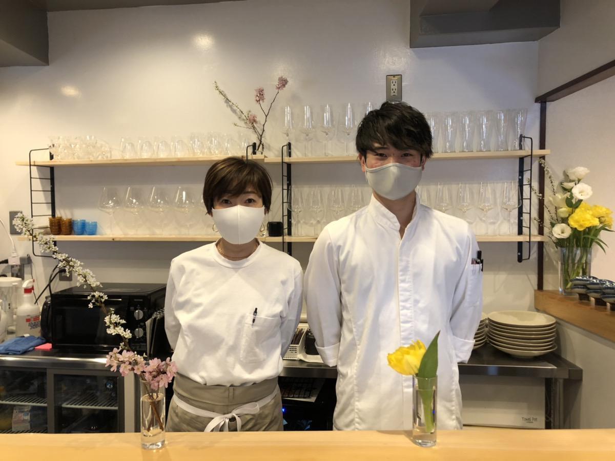 シェフの井上裕貴さん(右)とスタッフの福島裕香さん
