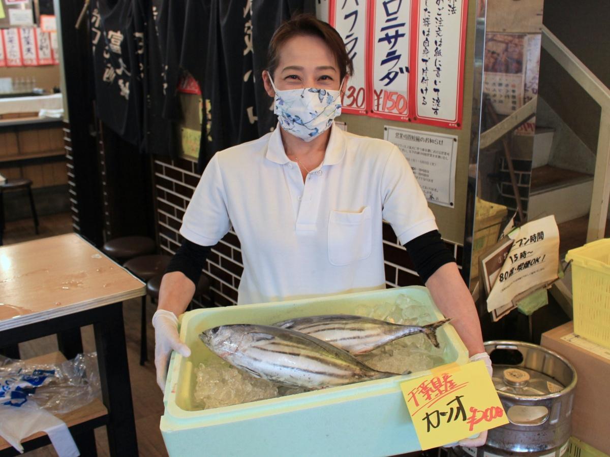 「立呑み 晩杯屋 武蔵小山本店」で販売するカツオ