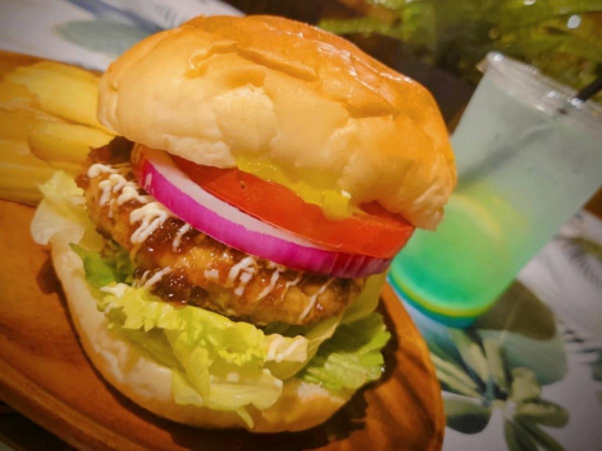 「FISHERMAN's BURGER @ISARIBI」のバーガー(写真提供=いさりび 青物横丁店)