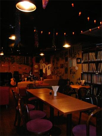 新橋のジャズライブハウス「レッドペッパー」は初心者参加型のジャズセッションを行う(写真=店内)