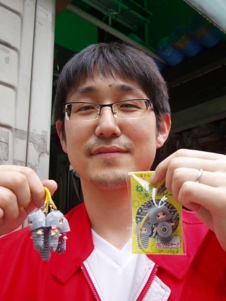 「ねじキューピー」と考案者の石井健友さん。キューピーのコスチュームデザインも石井さんによる