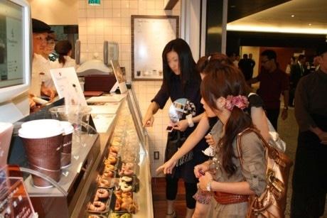 オープン日には、近隣に勤める大勢のOLやビジネスマンでにぎわった=1日、東京汐留ビルディング地下1階の「アンドナンド ぺティ汐留ショップ」
