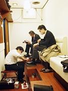 新橋駅前「靴磨き本舗」人気に-「人目が気にならない」室内出店で女性客も