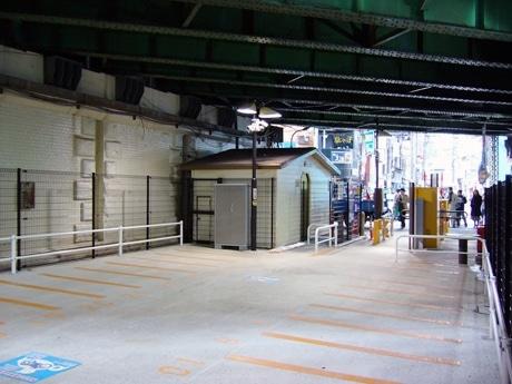 違法駐車の多い新橋エリアに、11日にオープンしたオートバイ専用駐車場