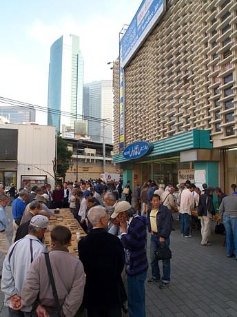 新橋名物の青空将棋「新橋大盤将棋」最終日。ニュー新橋ビル前には大勢の将棋ファンが集まった。