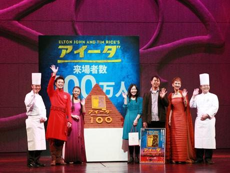 「ヴィタメール」のシェフ、キャストと100万人目の菊池さん夫婦。中央にあるピラミッド型巨大チョコが贈呈された