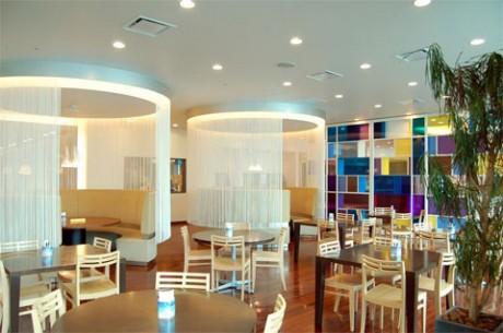 25階のフロア全体を使用した社員食堂。丸テーブルやソファなど、インテリアもスタイリッシュ