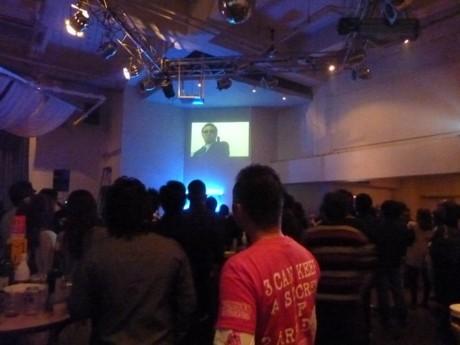 仲間の演技に見入るR-senseの常連客ら。この日は「新橋にほえろ4」ほか2本が公開された(12月19日、忘年会会場で)