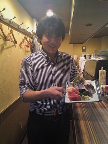 刺し身の4点盛りと「まっちゃん」こと松山さん。昔ジャニーズにスカウトされた経緯をもつ「イケメン」