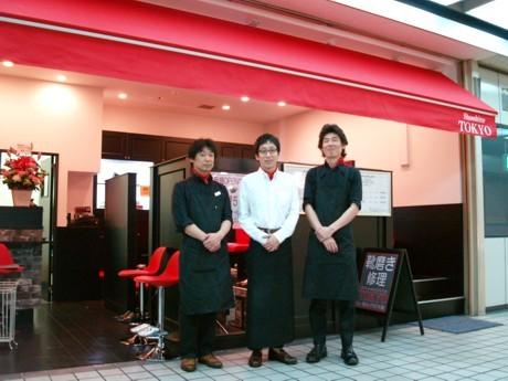 スタッフには靴職人や鞄職人も。女性を意識した店内には間もなくゴスロリ調のシャンデリアが付く予定