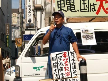 殺処分を迫られる福島の家畜を守ろうと人々に訴えるエム牧場の吉沢さん。学生時代は学生自治会の委員長などを歴任した運動家でもある