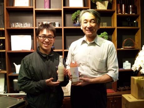 創業200年の若松屋7代目・斎藤俊一さん(右)と8代目・謙希知さん。「もうけは期待していない。維持費と年収300万程度の給与が出ればいい」