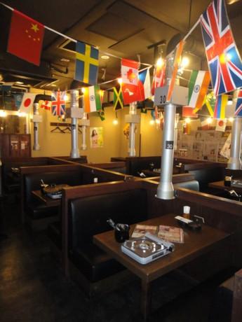 韓国の屋台をイメージした「韓流居酒屋「グンチャン新橋烏森口駅前店」の店内