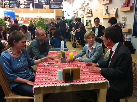 ミラ・マルティネツ駐日大使も「クロアチア・ハートフルカフェ」に訪れた(右から2番目)