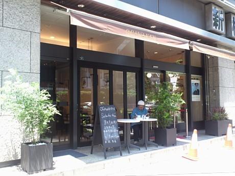 パリのカフェ風に仕上げた「巴裡 小川軒 サロン・ド・テ」