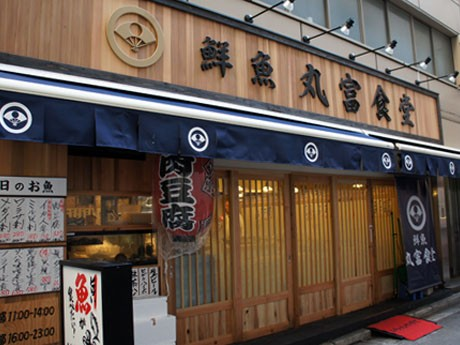 新橋駅日比谷口に開店した「丸富食堂」。内装は、女性客も入りやすいよう落ち着いた色合いに統一