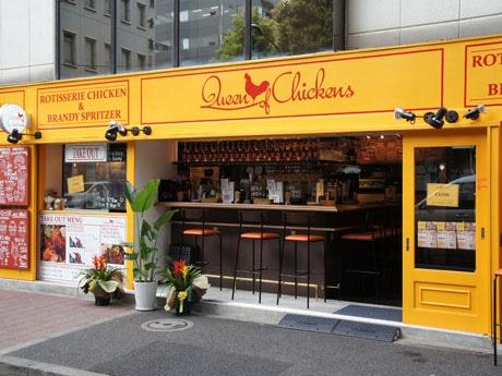 「クイーン・オブ・チキンズ」の外観。「店のキーカラーである黄色をベースに、ニューヨークにある飲み屋を意識した作りにした」(酒井さん)。店内の壁には来店した有名シェフのサインも