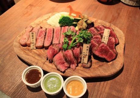 おすすめの「ボブリースペシャル」(3,800円)300g強の3種の部位の馬肉ステーキの盛り合わせ
