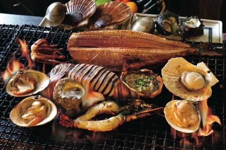 新鮮な魚介を目の前で焼き上げる、名物磯丸焼き。