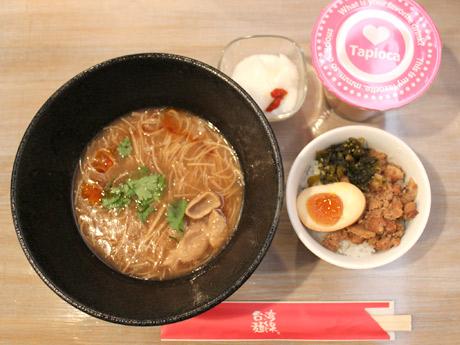 ランチメニューで人気の「台湾麺線ドリンクセット」。麺線はソーメンのような細い麺をとろみのあるかつおだしで煮込んだもので、台湾では食事としてだけでなく間食としても親しまれているという。